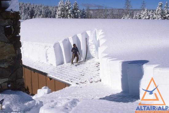 убирать снег с крыши