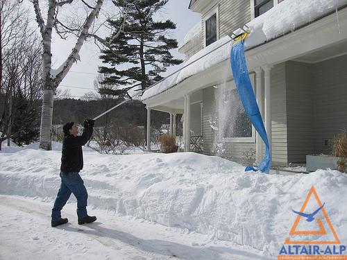 приспособлениями для уборки снега с крыши
